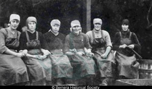 Six Bernera herring-girls
